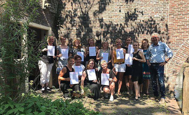 Geslaagde deelnemers met hun certificaat 'Specialist Meidenvenijn'